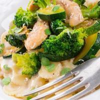 farfalle pasta met courgette en broccoli foto