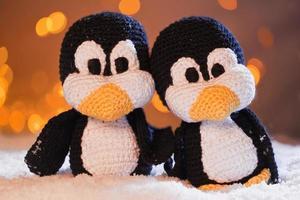 knuffel pinguïn in de sneeuw foto