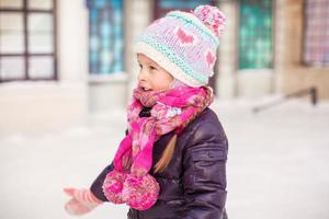 schattig klein gelukkig meisje schaatsen op de ijsbaan