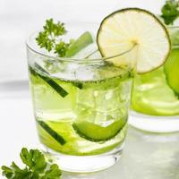 limoen, komkommer, peterseliecocktail, detoxwater foto