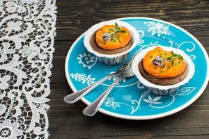 minitaartjes van chocolade-abrikoos met rozemarijn en citroentijm foto