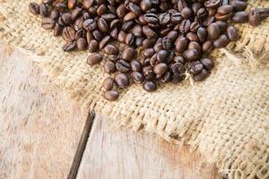 koffiebonen op houten achtergrond foto