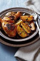 in de oven gebakken kip en aardappelen met pompoenpitten foto