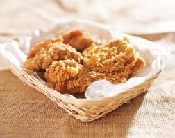 gebakken stukjes kip in een mandje foto