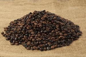 geröstete kaffeebohnen, haufen, auf jute foto