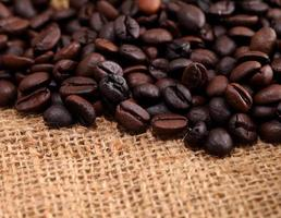 koffiebonen op jute stof foto