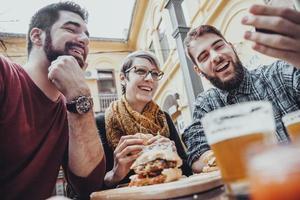 vrienden in fastfoodrestaurant foto