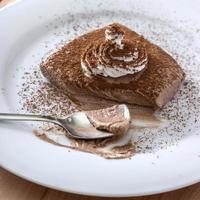 chocolademousse gedeelte in witte plaat foto