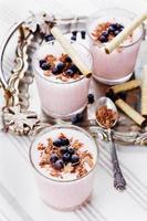 milkshake cocktail, yoghurt, smoothie met bosbessen op een vintage dienblad