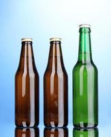 flessen bier op blauwe achtergrond foto