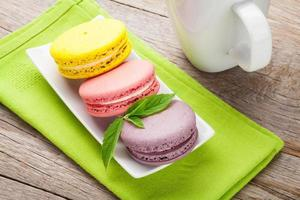 kleurrijke macaron koekjes en kopje melk foto