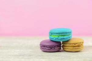 kleurrijke stapel op smaak gebrachte macaron op witte houten achtergrond foto