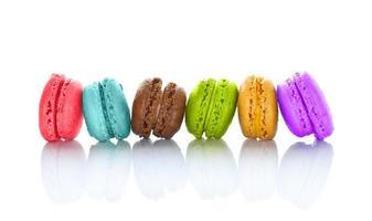 lijn van kleurrijke macarons geïsoleerd op een witte achtergrond foto