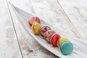 kleurrijke macarons in houten kom foto