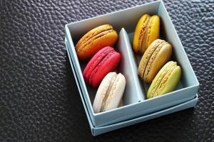 kleurrijke macarons in de kartonnen doos foto