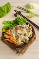 roergebakken kip met noedels en groente foto