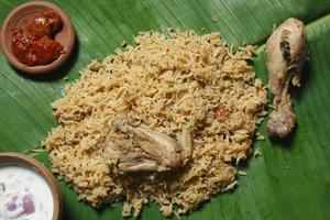 biryani in kerala-stijl - biriyani gemaakt met gebakken kip / schapenvlees a foto