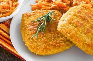 kip cordon bleu met geraspte worteltjes. foto