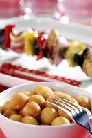 gebakken aardappel balletjes en shish - kebab in de achtergrond.