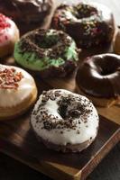 geassorteerde zelfgemaakte gastronomische geglazuurde donuts op een achtergrond foto