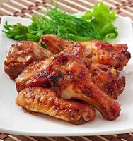 gebakken kippenvleugels in de Aziatische stijl foto
