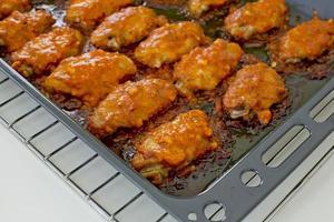 gebakken kip new orleans. zoet en pittig op de schaal klaar foto