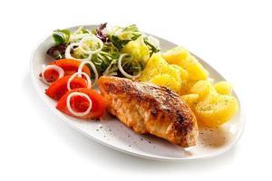 biefstuk, gekookte aardappelen en groenten