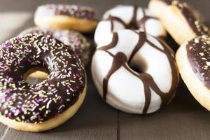 verschillende donuts op een houten tafel foto