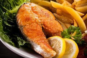 geroosterde zalm, frietjes en groenten