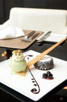 chocolade lava met groene thee-ijs foto