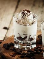traditionele Italiaanse dessert tiramisu in glas, selectieve aandacht foto