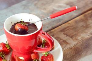 fondue met chocolade gedoopte aardbeien foto