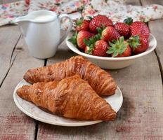 croissants met aardbeien en room foto