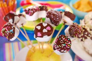 marshmallow springt met chocoladesuikerglazuur en hagelslag foto
