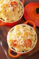 gebakken macaroni met kaas in braadpan foto