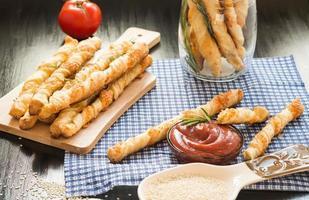 voedsel. zelfgemaakt bakken. broodproducten. kaasbrood sticks. goedkope broodstengels. foto