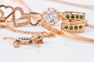 gouden oorbellen en hanger in de vorm van salamander foto