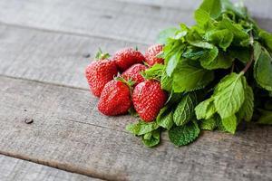 ingrediënten voor mohito-cocktails met aardbeien foto