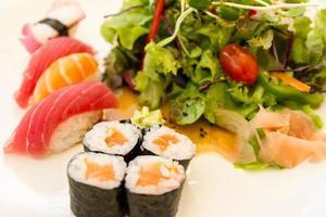 zalm maki sushi, ondiepe scherptediepte foto