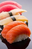 sushi nigiri ingesteld op een stenen plaat op zwarte achtergrond foto