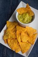 tortillachips met guacamole foto