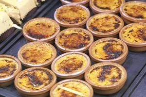 weergave van crème brulees bij de bakkerij foto