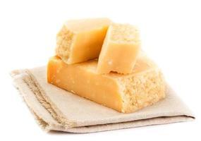 Parmezaanse kaas geïsoleerd op een witte achtergrond close-up. foto