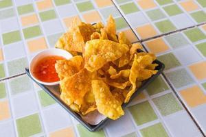 gebakken dumplings met rode chilisaus foto