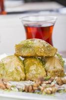 Turkse Arabische dessertbaklava met thee, honing en noten foto