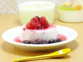 melkpudding dessert met aardbei en blauwe bes