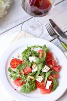 salade met watermeloen, feta en basilicumblaadjes op plaat foto