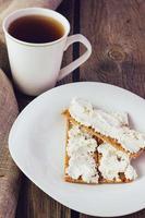 knapperig brood met roomkaas verticaal foto