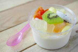 fruitsalade topping op tofu foto