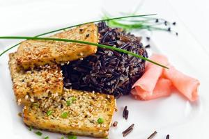 gegrilde kaastofu met zwarte rijst